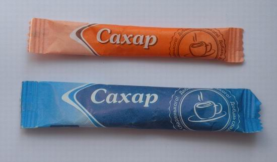 Пакетик с сахаром открывают, разламывая пополам.