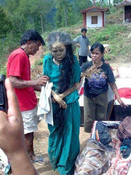 В Индонезии трупы сами идут в могилу