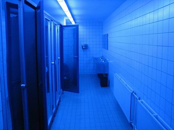 почему туалеты в ночных клубах освещены синим цветом
