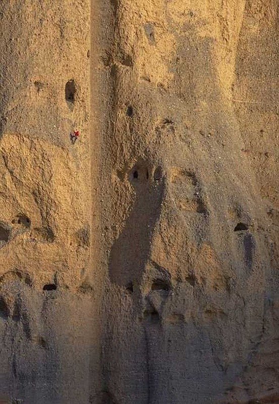 Археологи, рискуя жизнью, пытаются разгадать тайну пещерного города в Непале